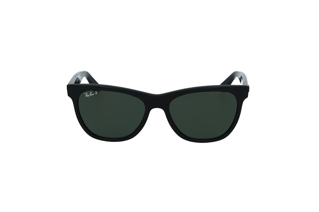 משקפי שמש אורבנים מבית רייבן מסגרת מרובעת קמורה בשחור מט עם עדשות פולרייזד ירוקות לחווית ראיה חדה רגועה וללא הסתנוורויות