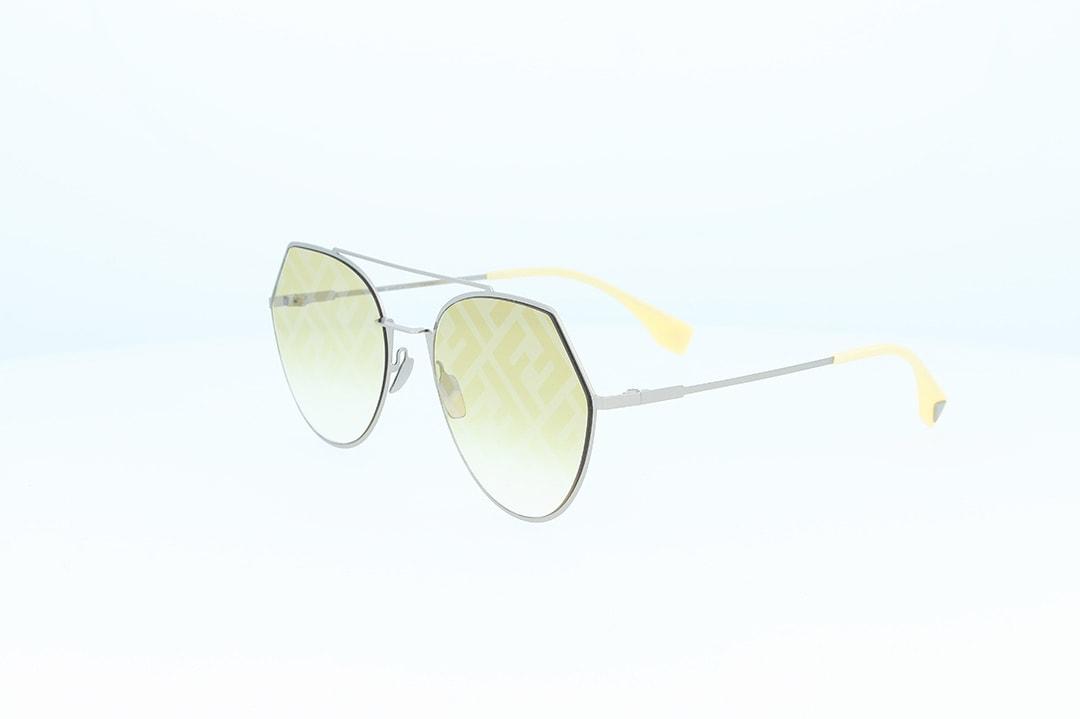 משקפי שמש מבית Fendi בדגם גיאומטרי בגוון כסוף ועדשות בגוון צהוב עם לוגו המותג