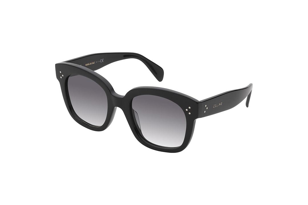 משקפי שמש מבית סלין, חידוש לדגם האודרי האייקוני של הבית האופנה, מסגרת אוברסייז עשויה אצטט מינרלי בשחור מבריק ועליו הניטים המאפיינים את סלין, ועדשות באפור מדורג