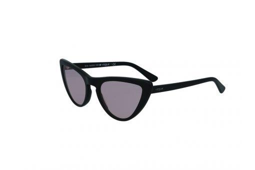 משקפי שמש מבית Vogue בדגם חתולי בגוון שחור ועדשות ורודות