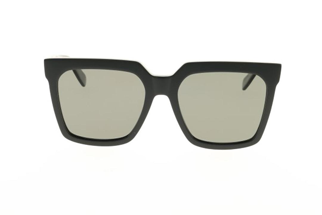 משקפי שמש מבית סלין, מסגרת אוברסייז מרובעת שחורה עם 3 ניטים שמאפיינים את המותג ולוגו סלים על הזרוע. עדשות פולרייזד בגוון אפור לראיה חדה ורגועה וללא סינוורים