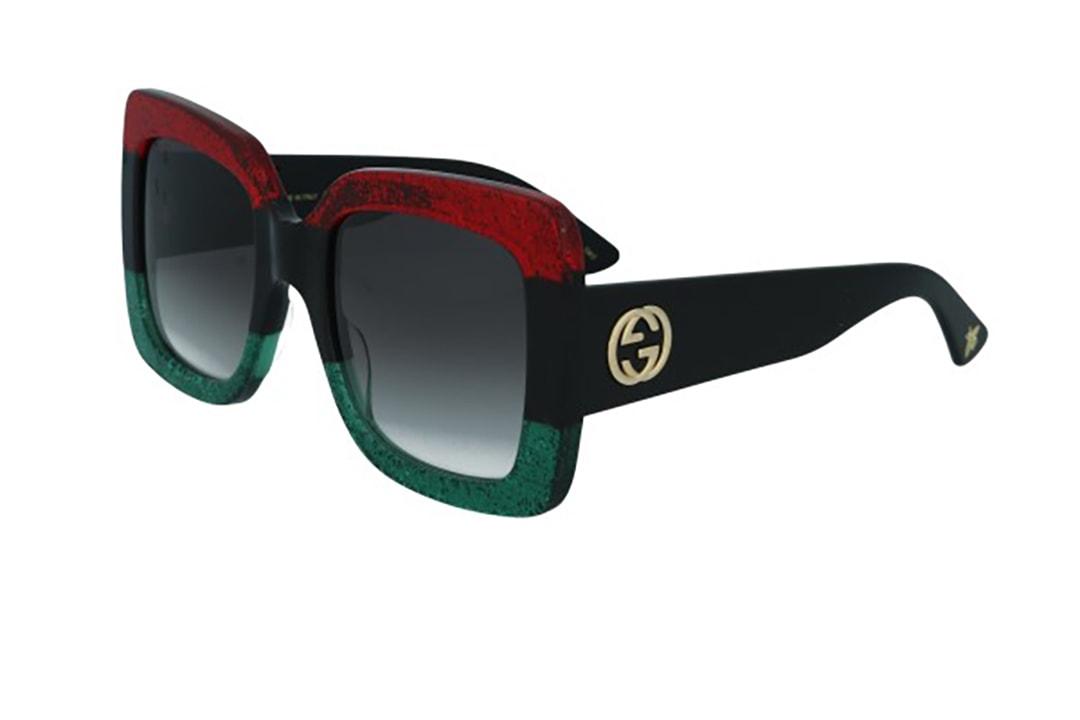 משקפי שמש מבית Gucci בדגם אובר סייז מרובע בגווני שחור-אדום מנצנץ-ירוק מנצנץ עם לוגו המותג בצידי הזרועות