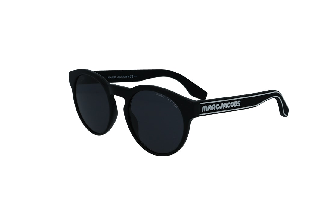 משקפי שמש מבית Marc Jacobs בדגם יוניסקס עגול בגוון שחור ולוגו המותג בצידי הזרועות