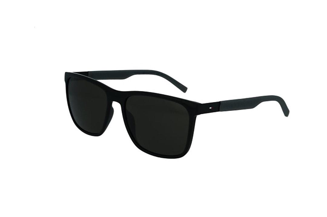 משקפי שמש מבית Tommy Hilfiger בדגם גברי מרובע בגווני שחור ואפור ועדשות כהות