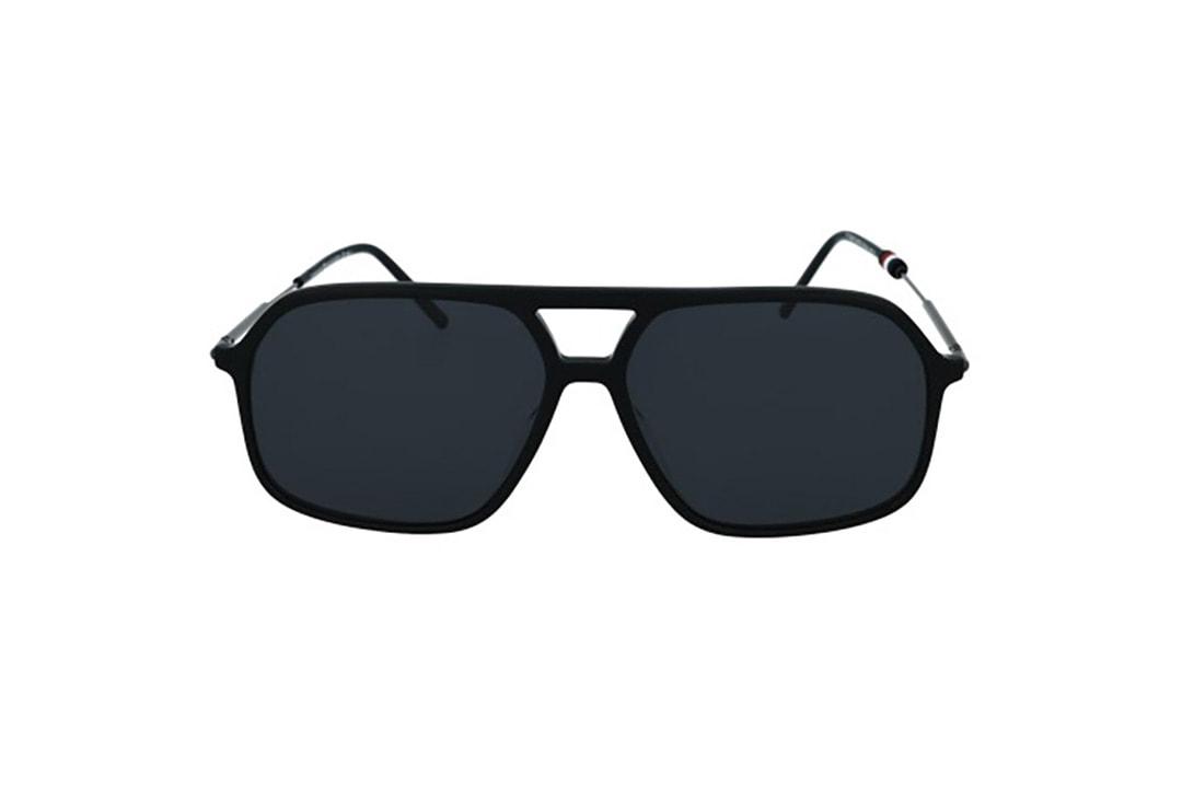 משקפי שמש מבית Tommy Hilfiger בדגם גברי גיאומטרי בגוון שחור ועדשות תואמות