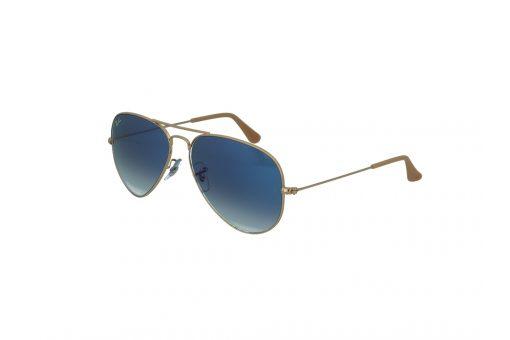 משקפי שמש מבית Ray Ban בדגם טייסים קלאסי בגוון זהוב ועדשות בגוון כחול מדורג