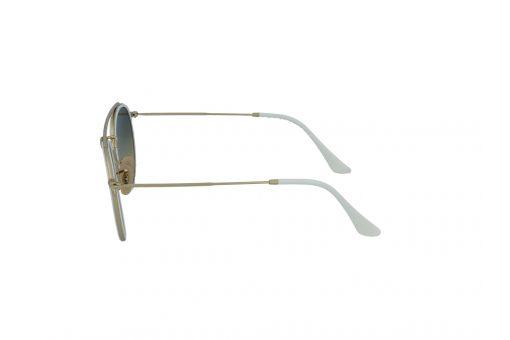 משקפי שמש מבית Ray Ban בדגם טייסים בגווני זהב ולבן ועדשות מראה בגוון תכלת