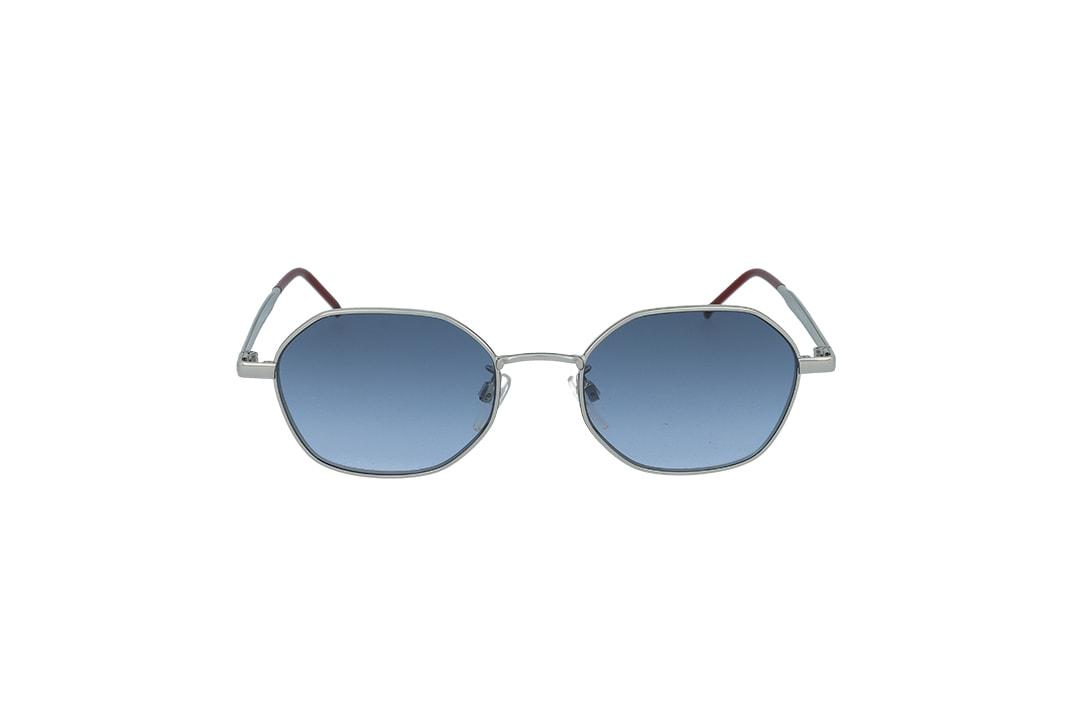 משקפי שמש מבית Tommy Hilfiger בדגם גיאומטרי בגוון כסוף עם נגיעות אדומות ועדשות בגוון כחול